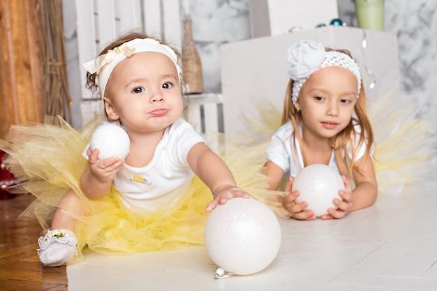 Dwie piękne dziewczynki. nowy rok