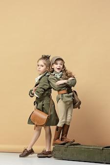 Dwie piękne dziewczyny na pastelowej ścianie