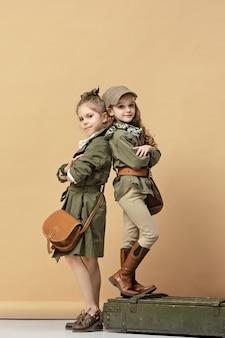 Dwie piękne dziewczyny na pastelowych
