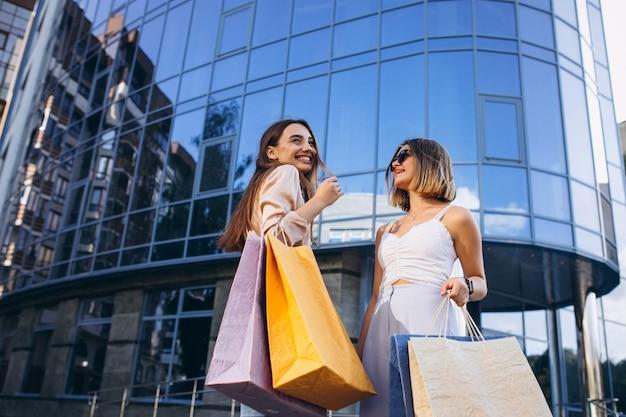 Dwie piękne kobiety robi zakupy w mieście