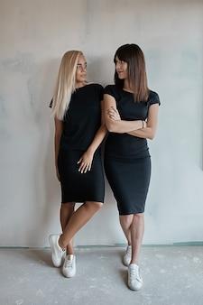 Dwie piękne kobiety w czarnych sukienkach