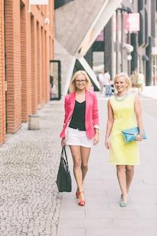 Dwie piękne kobiety w mieście