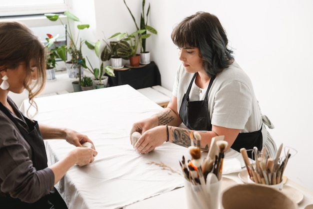 Dwie piękne młode kobiety potter tworzenia potraw