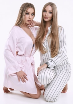 Dwie piękne modelki w piżamie