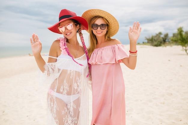Dwie piękne stylowe kobiety na plaży na wakacjach, styl lato