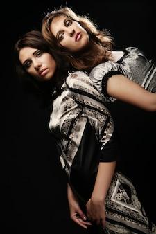 Dwie piękne szczupłe seksowne młode dziewczyny