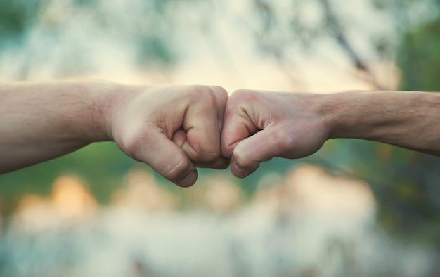 Dwie pięści walczące z rękami mężczyzn