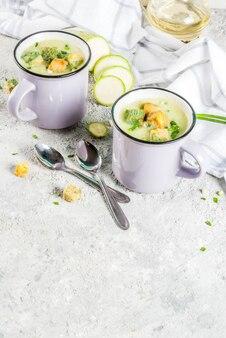 Dwie porcje domowej roboty kremowej zupy z cukinii z bułką tartą