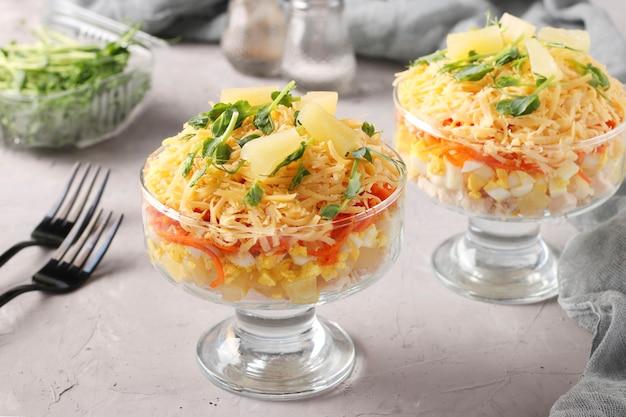 Dwie porcje sałatki francuskiej z kurczakiem, serem, ananasem, jajkiem i marchewką