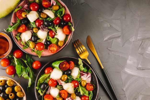Dwie porcje sałatki włoskiej z melonem i warzywami