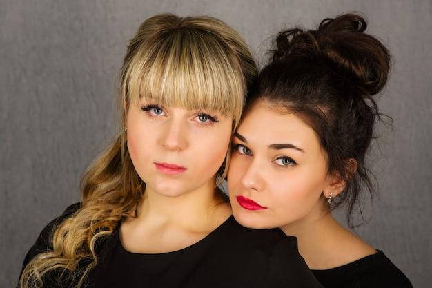 Dwie poważne piękne dziewczyny. piękna para.