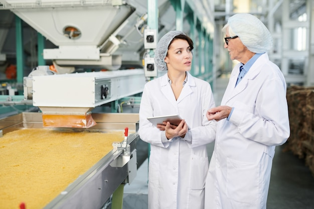 Dwie pracownice nadzorujące produkcję żywności