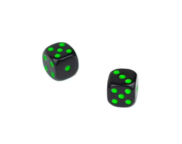 Dwie proste czarne kostki na białym tle