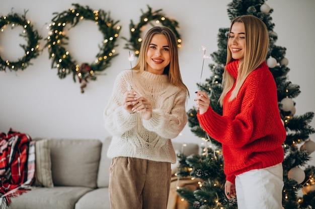 Dwie przyjaciółki dziewczyny obchodzi boże narodzenie