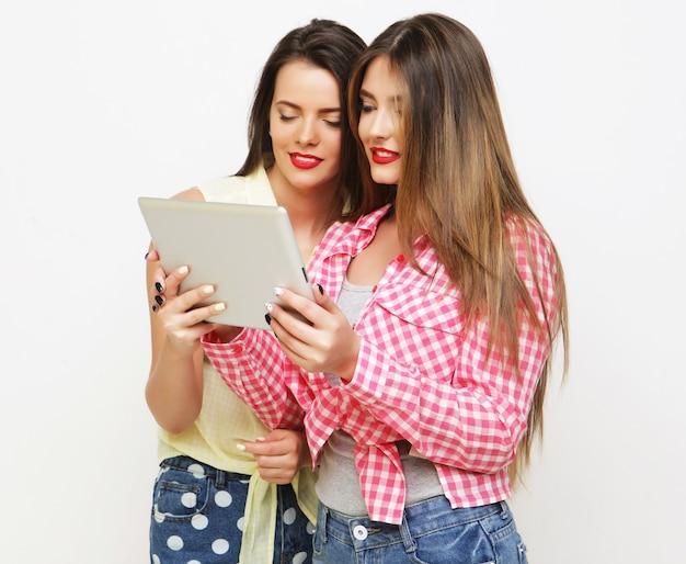 Dwie przyjaciółki przy selfie z cyfrowego tabletu