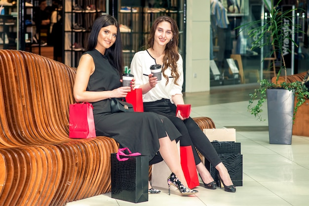 Dwie przyjazne przypadkowe dziewczyny po drinku po zakupach