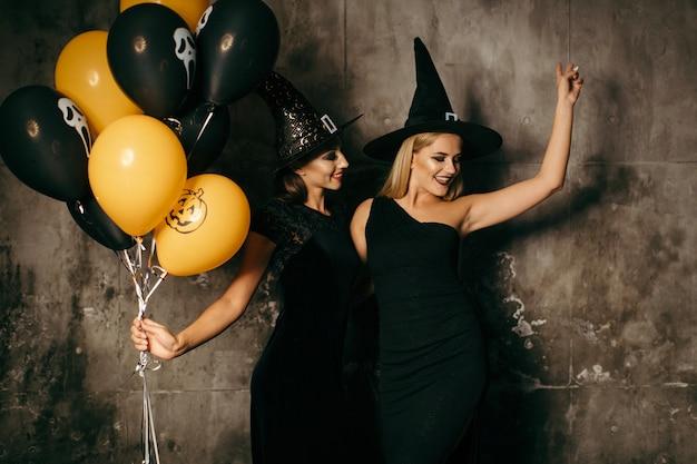 Dwie przytulne czarownice z balonami