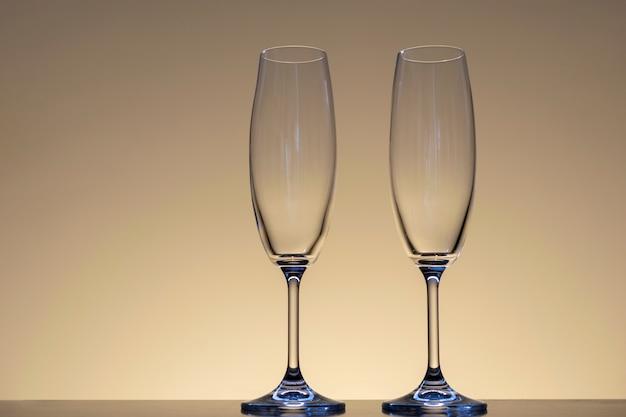 Dwie puste kryształowe miski z neutralnym dnem