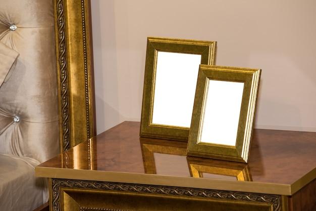 Dwie puste ramki na zdjęcia na komodzie. makiety pustych ramek do zdjęć