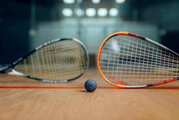 Dwie rakiety do squasha i piłka na korcie, nikt, koncepcja gry. aktywne hobby sportowe, trening fitness dla zdrowego stylu życia
