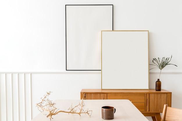 Dwie ramki do zdjęć na drewnianym kredensie