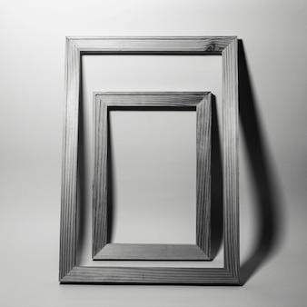 Dwie ramki na szarym tle. czarno-białe zdjęcie.