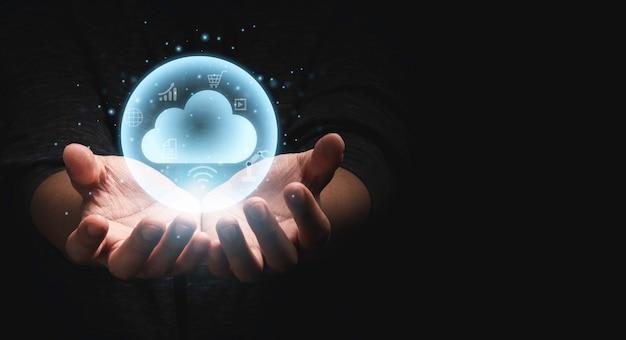 Dwie ręce trzymające wirtualne mogą komputery z ikonami technologii z ciemnym tłem i przestrzenią kopiowania dla koncepcji transformacji technologii i udostępniania.