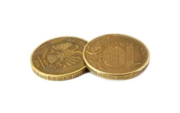 Dwie rosyjskie monety dziesięciu rubli na białym tle