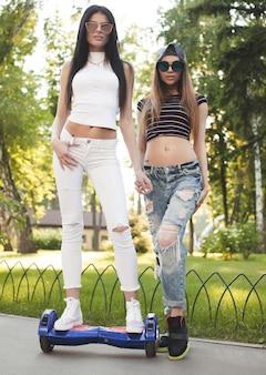Dwie seksowne dziewczyny w parku