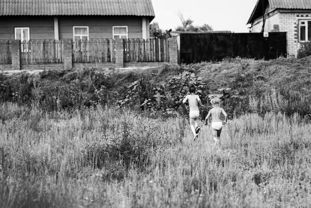Dwie siostry biegną do domu po spacerze w wiosce