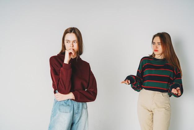 Dwie siostry bliźniaczki piękne dziewczyny biodrówki w odzieży casual