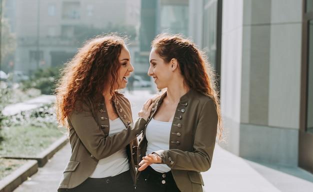 Dwie siostry bliźniaczki spędzają razem czas