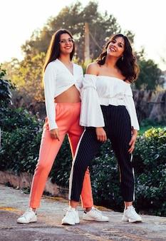 Dwie siostry na polu. nowoczesna odzież