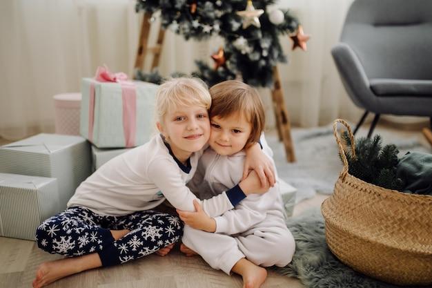 Dwie siostry pozuje do zdjęcia podczas rodzinnej sesji zdjęciowej