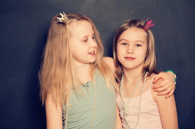 Dwie siostry uśmiechnięte, portret