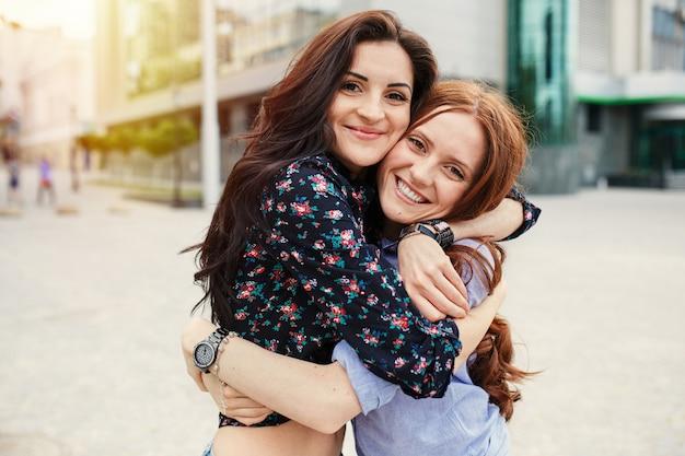 Dwie siostry wesoły przytulanie