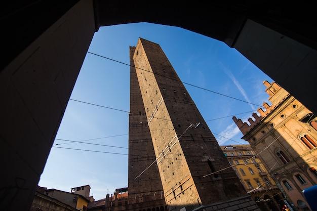 Dwie słynne spadające wieże asinelli i garisenda rano, bolonia, emilia-romagna, włochy