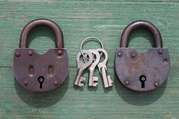 Dwie stare kłódki i klucz