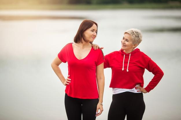 Dwie stylowe dorosłe kobiety uprawiają latem sporty na świeżym powietrzu