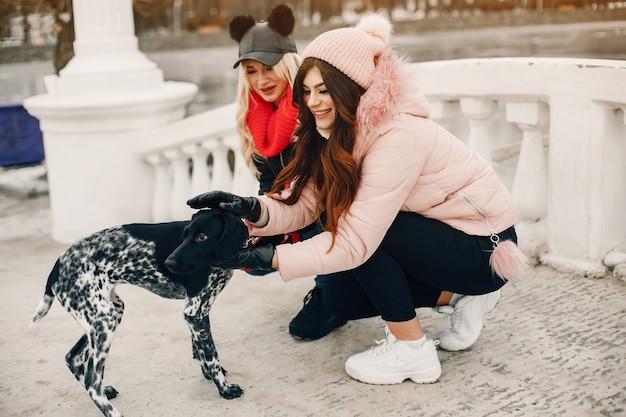 Dwie stylowe dziewczyny odpoczywają w mieście