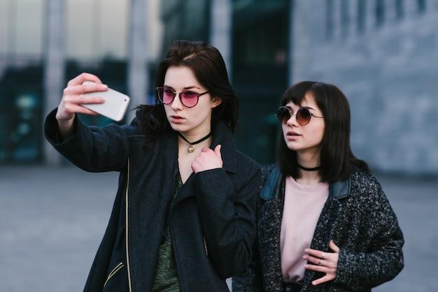 Dwie stylowe dziewczyny selfie