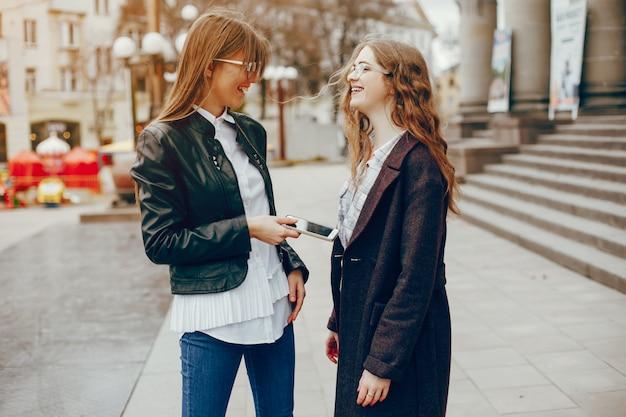 Dwie stylowe dziewczyny w mieście
