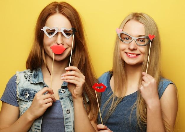 Dwie stylowe seksowne dziewczyny hipster najlepsze przyjaciółki gotowe na imprezę