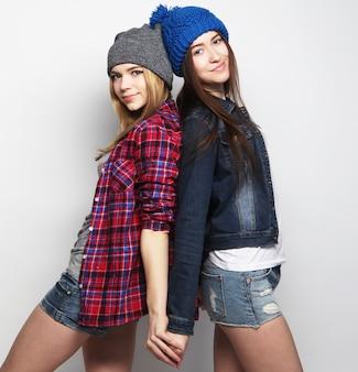 Dwie stylowe seksowne dziewczyny hipster najlepsze przyjaciółki