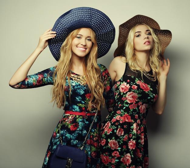 Dwie stylowe seksowne dziewczyny najlepszych przyjaciół