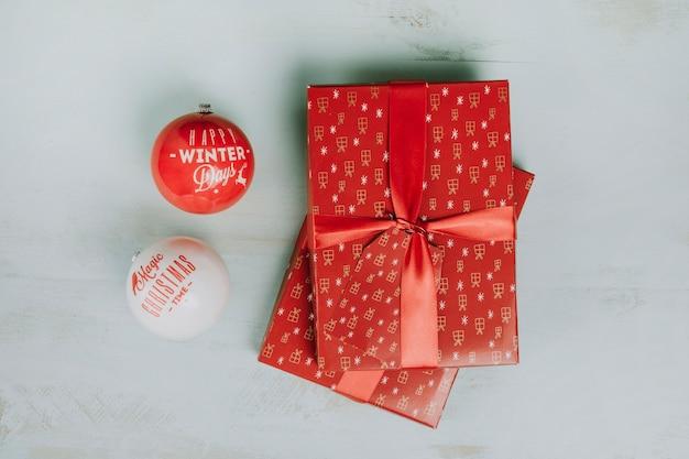 Dwie świąteczne prezenty i kule
