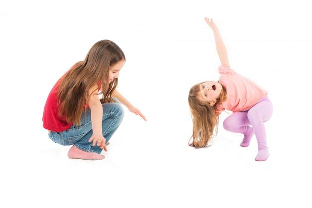 Dwie szczęśliwe dziewczyny grają w gry