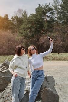 Dwie szczęśliwe dziewczyny uśmiechnięte portret kobiety przytulające się do koncepcji relacji w rodzinie przyjaciół...