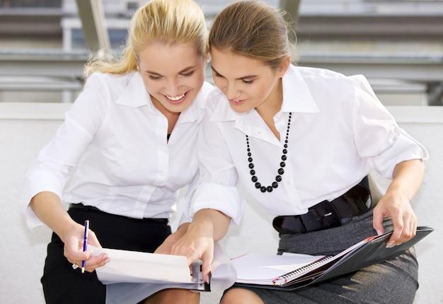 Dwie szczęśliwe kobiety biznesu z dokumentami