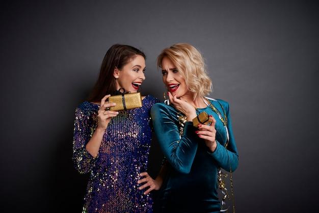 Dwie szczęśliwe kobiety dzielą się prezentami
